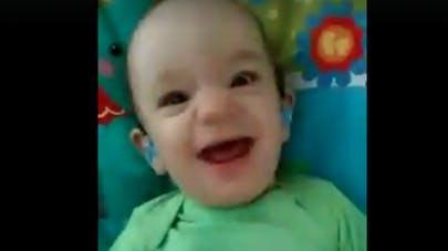 Ce bébé sourd entend sa maman pour la première fois   !