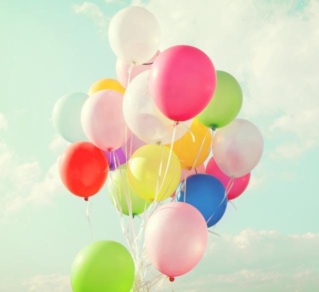 Un enfant lâche un ballon dans le ciel, il reçoit une   carte postale du bout du monde…