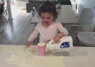 Cette petite fille tente de se servir un verre de lait… et   c'est trop mignon (VIDEO)