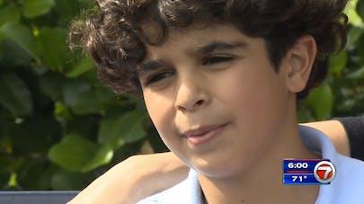 Un enfant sauve son petit frère de justesse et devient un  héros (VIDEO)