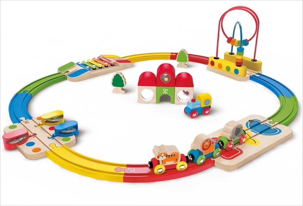 1-2 ans: Coffret train musical Arc-en-ciel,         Hape, 89,99 €. Dès 18 mois.