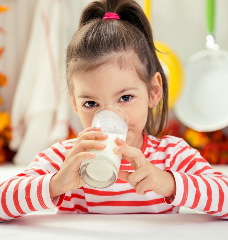 Les enfants qui boivent du lait entier sont plus   minces