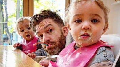 Ce papa de quatre filles met en scène sa vie sur Instagram   (PHOTOS)