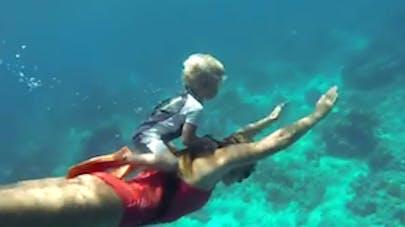 Incroyable : un enfant de 3 ans plonge en apnée avec ses   parents (VIDEO)