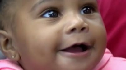 Miracle : un bébé de 8 mois retrouvé sain et sauf après   avoir été éjecté d'une voiture (VIDEO)