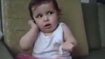 Mignon : Ce bébé imite à la perfection une conversation   téléphonique passionnée (VIDEO)