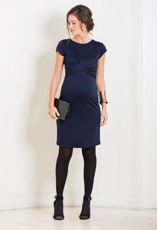 Une robe très cintrée disponible en plusieurs         couleurs