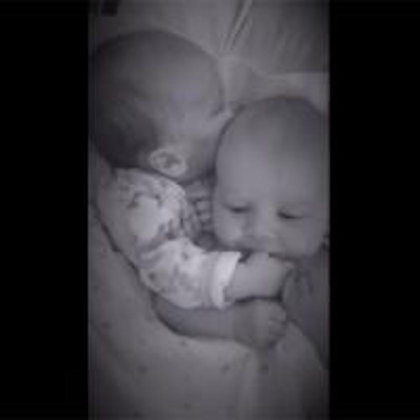 L'un des jumeaux calme l'autre qui pleure…
