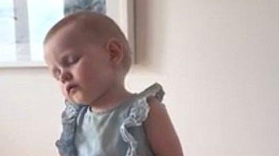 Trop chou : épuisée par les fêtes, cette petite fille   s'endort à table (VIDEO)