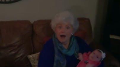 Un bébé pour Noël : le cadeau surprise d'un couple pour sa   famille (VIDEO)