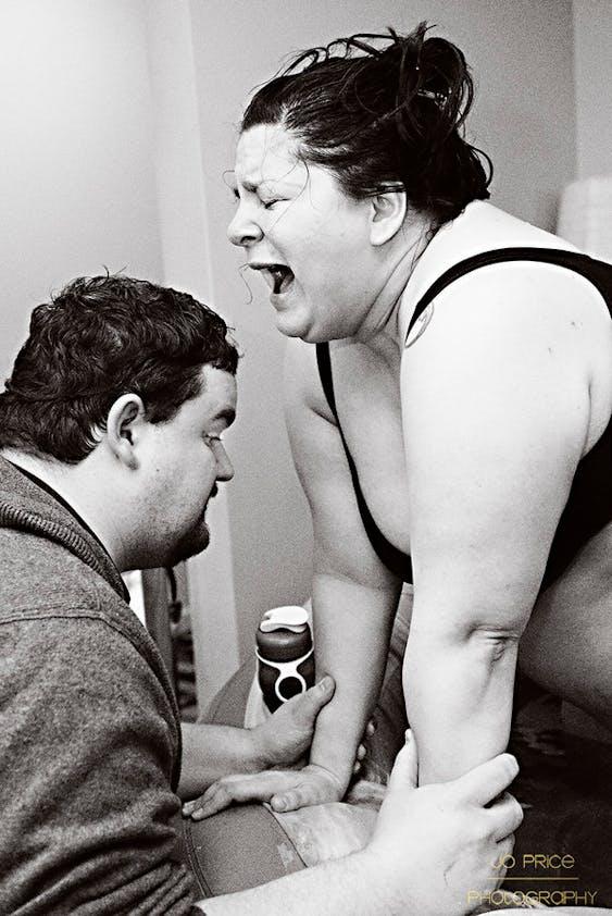 """""""C'était la toute dernière contraction avant que le bébé de 4,5kg de ce couple n'arrive. Le regard de ce papa n'a pas de prix!"""""""