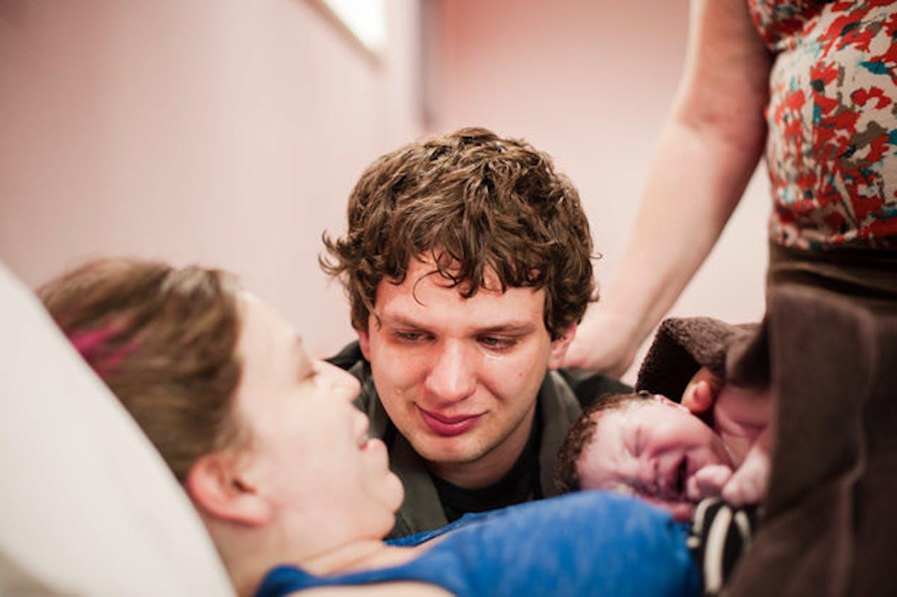 """""""Quelques instants après avoir assisté à la naissance de son premier enfant, ce papa a contemplé sa femme en pleurant, avec tellement d'amour et d'admiration."""""""