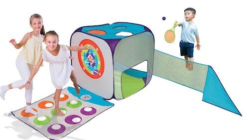 des enfants jouent autour d'un gros cube