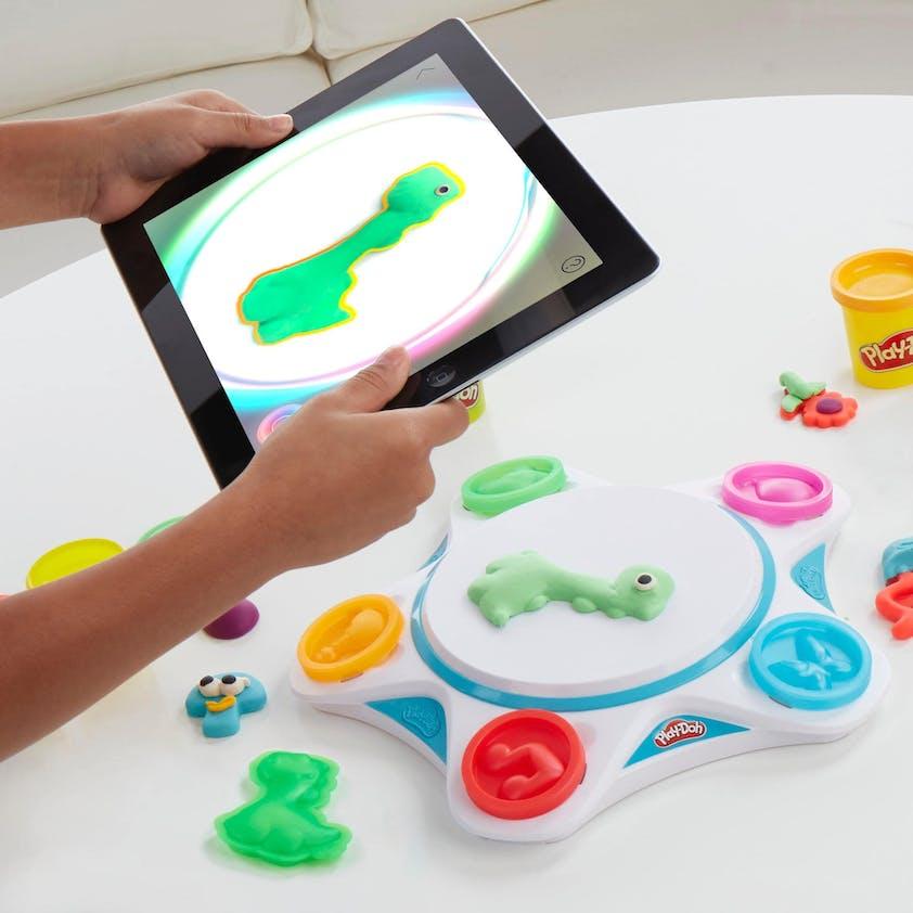 Kit de pâte à modeler et appli pour donner vie à ses créations, Play-Doh Touch, inclus 7 pots de pâte à modeler et accessoires, 24,99 €. Dès 3 ans.