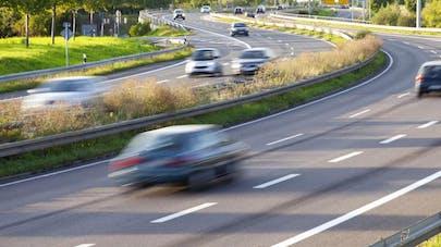 Elle roule à 181 km/h sur l'autoroute avec son bébé à   bord!