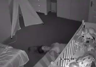 La technique hilarante d'une maman pour ne pas réveiller   son bébé (VIDEO)