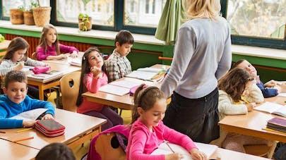 Une enseignante scotche des élèves sur leur   chaise!
