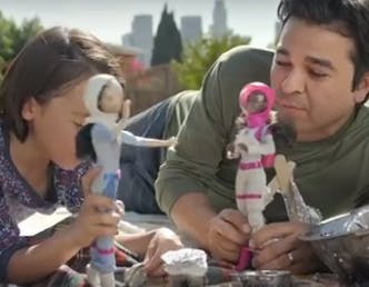 Des papas jouent à la Barbie : la vidéo qui fait le buzz