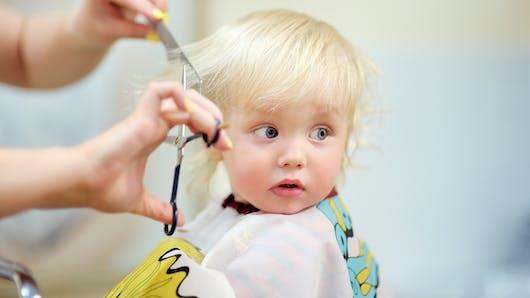 La première fois de bébé chez le coiffeur