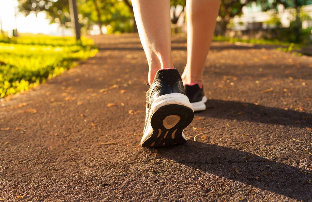 pieds femme marche rapide