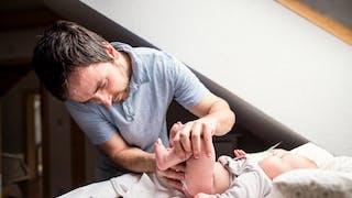 papa change couche du bébé