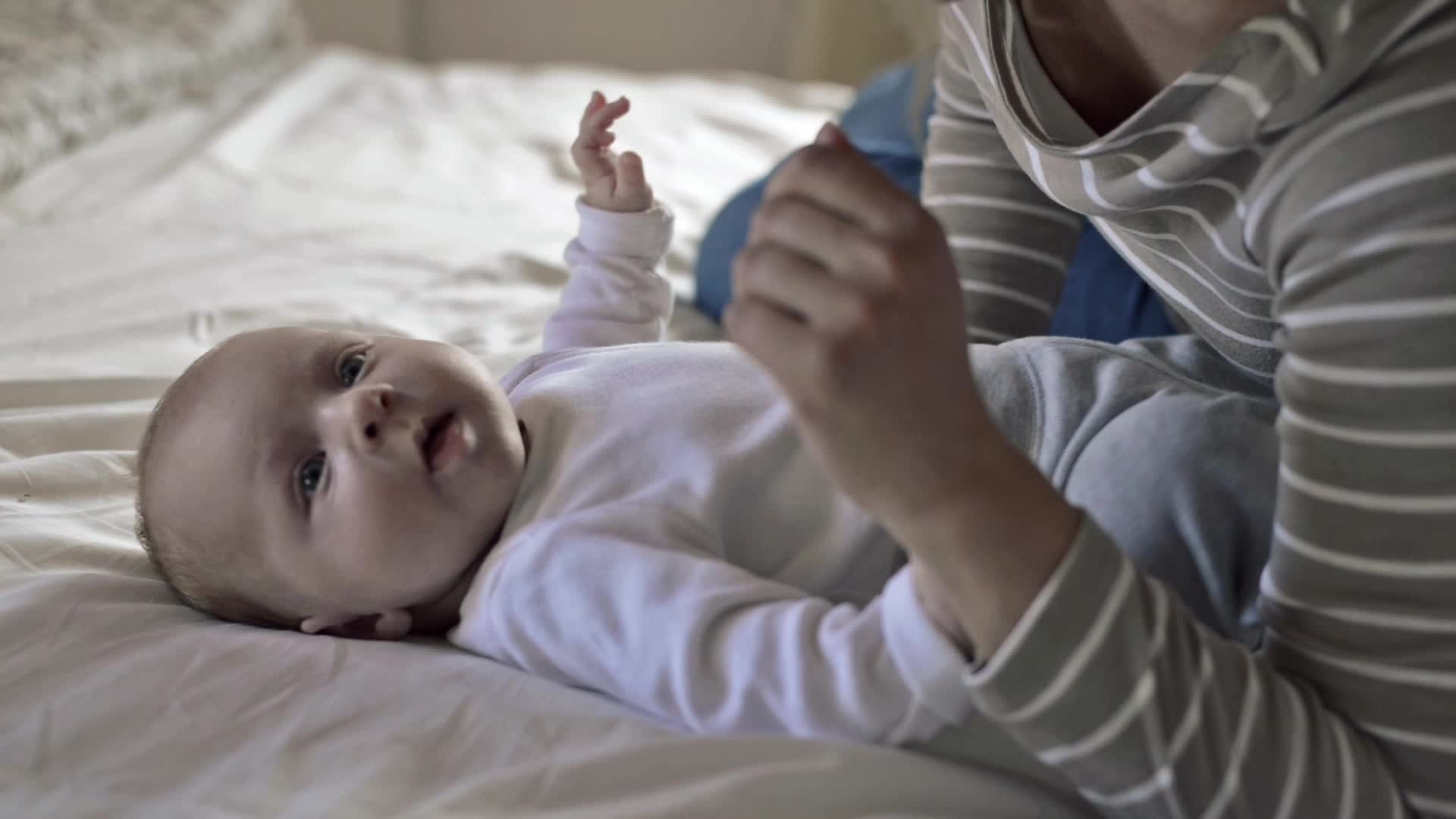 maman bébé sur un lit