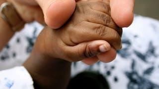 maman bébé main