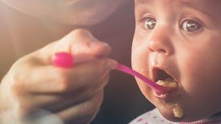 bébé mange compote