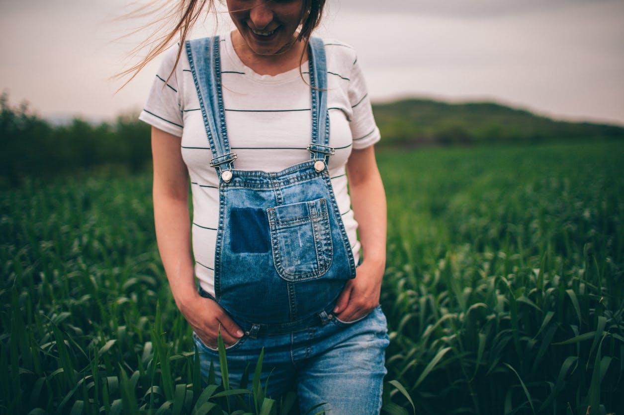 femme enceinte  marche dans la nature
