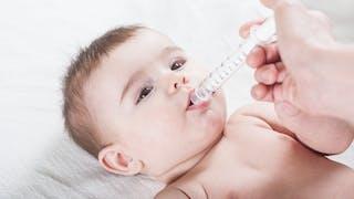 bébé prend pipette médicament
