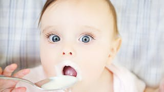 bébé mange yaourt