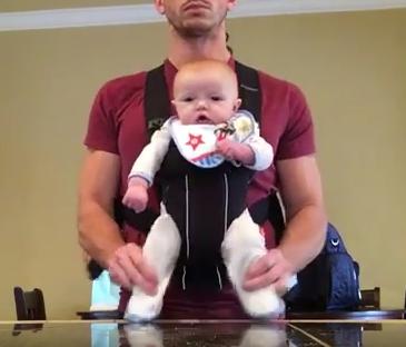 Un papa fait danser son bébé sur Michael Jackson, la vidéo va vous faire craquer !