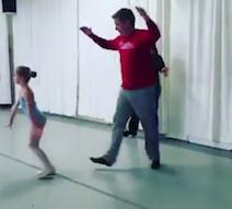 des papas danse avec leur fille
