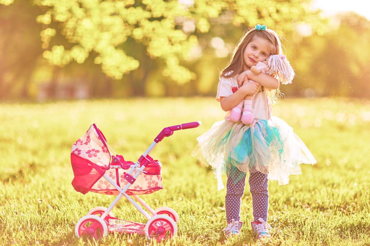 petite fille avec sa poupée dans les bras