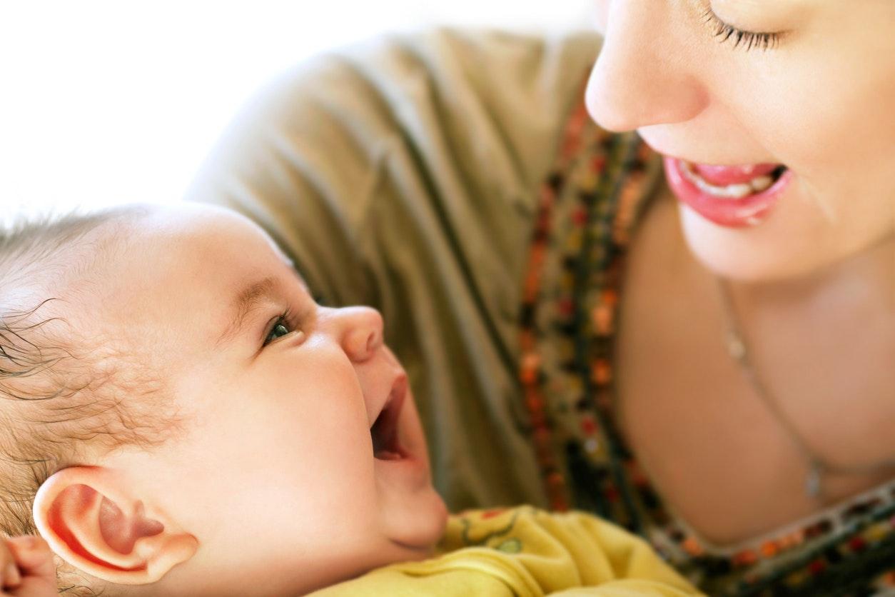maman parle avec son bebe