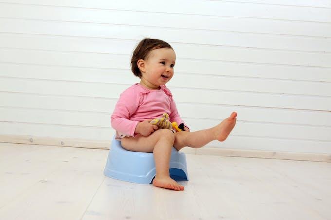 bébé assis sur un pot