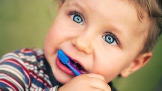 bébé avec brosse à dents