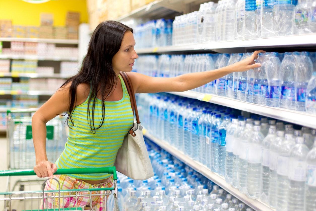 femme achète de l eau