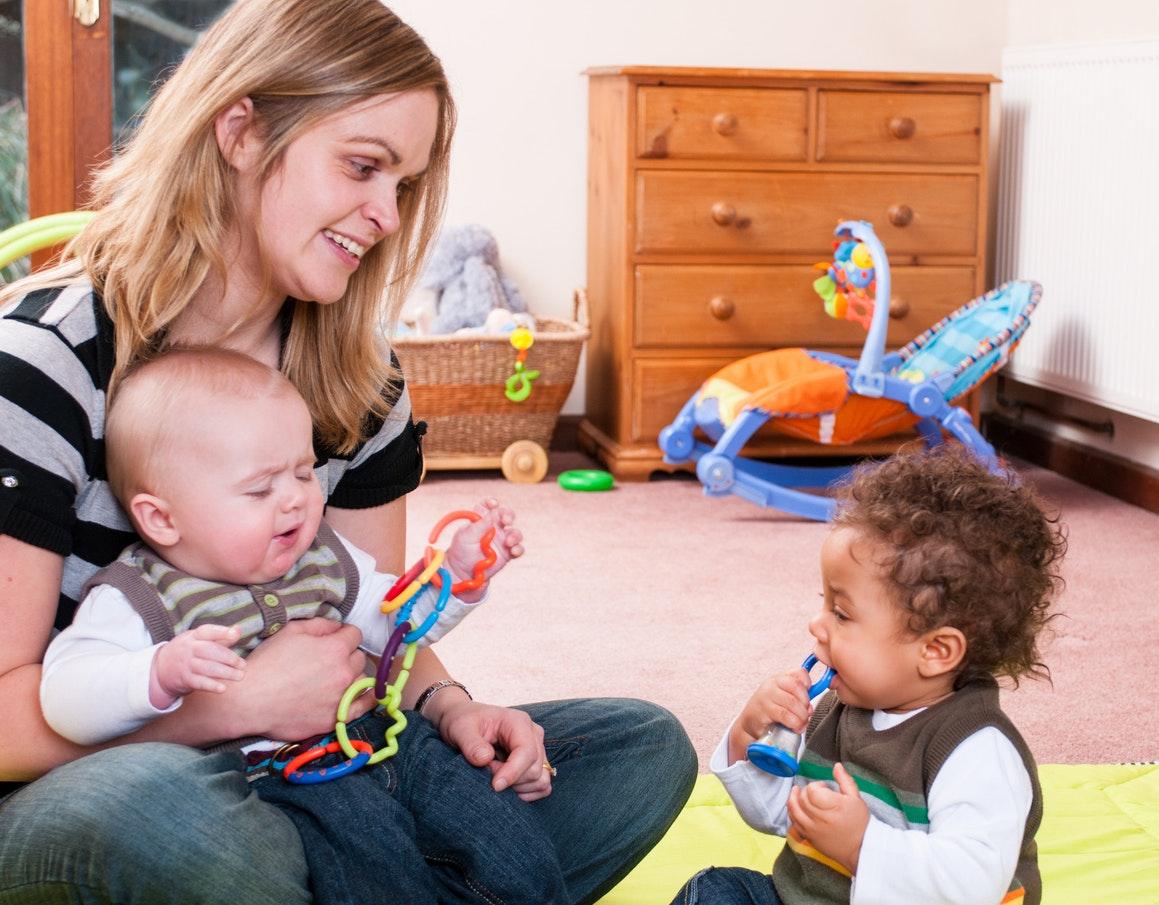 nounou avec deux bébés