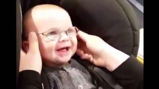 Ce bébé malvoyant voit sa maman pour la première fois et sa réaction est adorable (VIDEO)