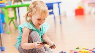 enfant joue dans une garderie