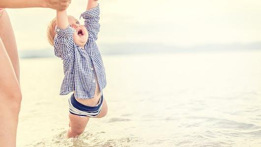 Bébé à la mer : les précautions à prendre à la plage