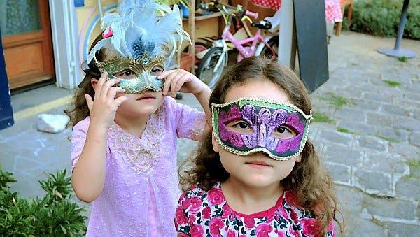 Deux petites filles s'amusent