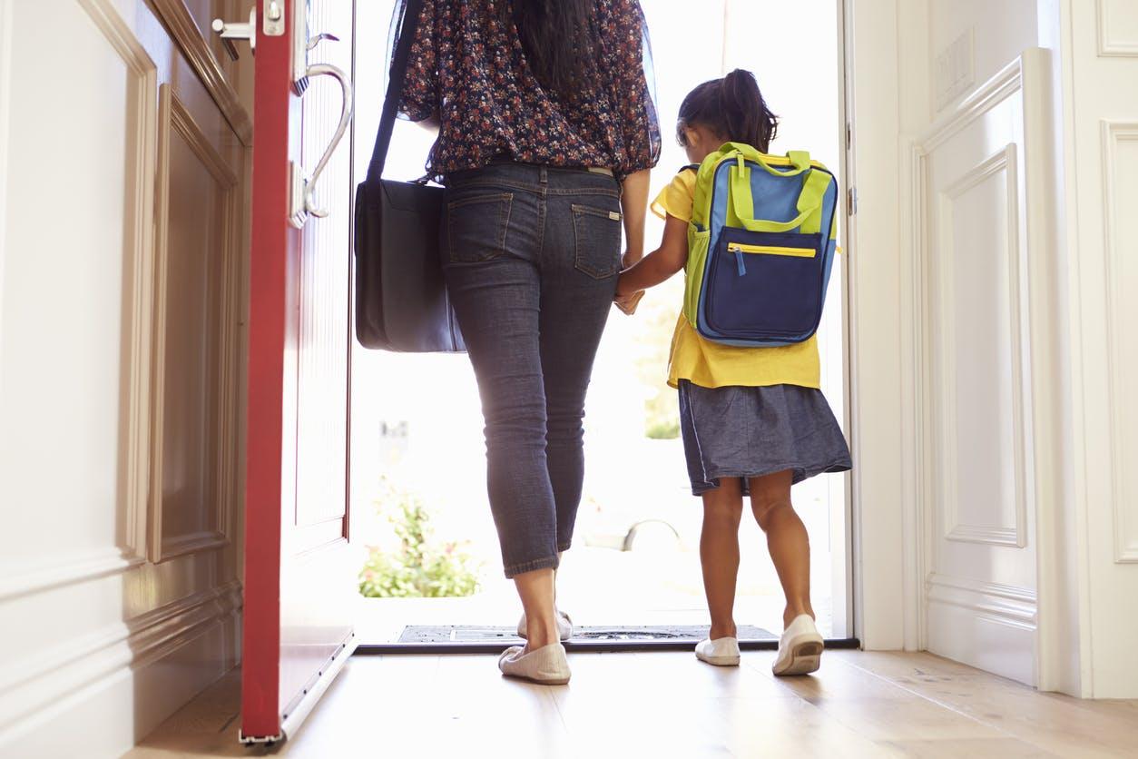 maman accompagne enfant école