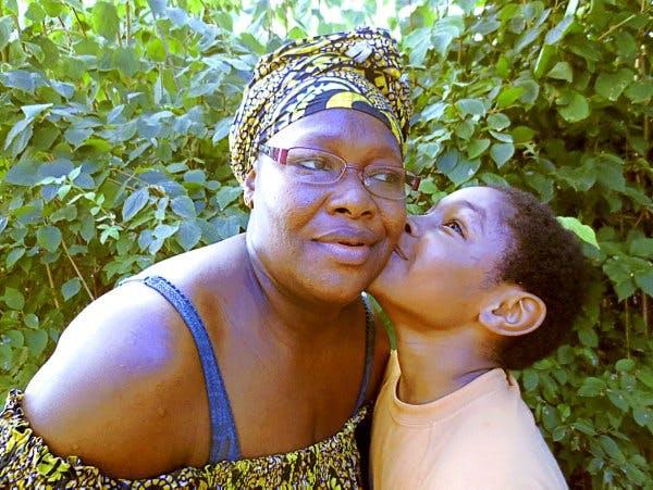 Un enfant embrasse sa mère