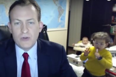 Ses enfants perturbent son interview en direct et font rire le monde entier ! (VIDEO)