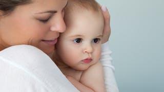 moment tendre maman bébé