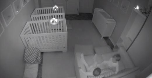 Des jumeaux de 2 ans déménagent leur chambre en pleine nuit