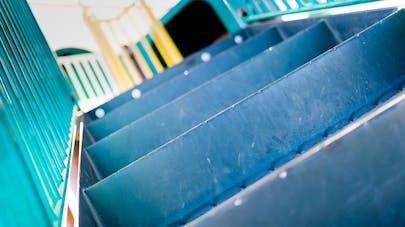 Une employée de crèche pousse un enfant dans l'escalier!