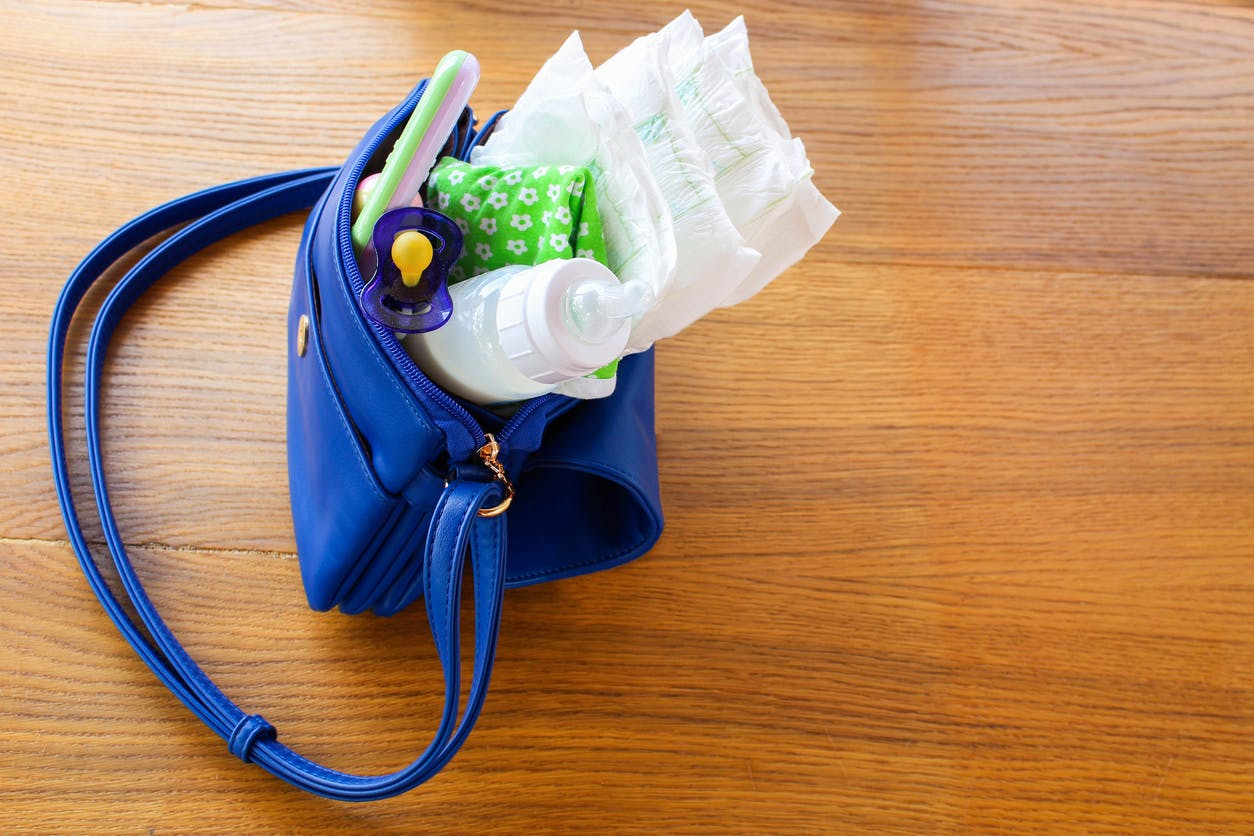 biberon tétine couche dans sac à main